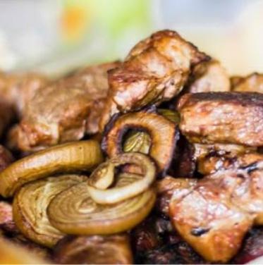 Csirkemell hagymás burgonyával tárcsában